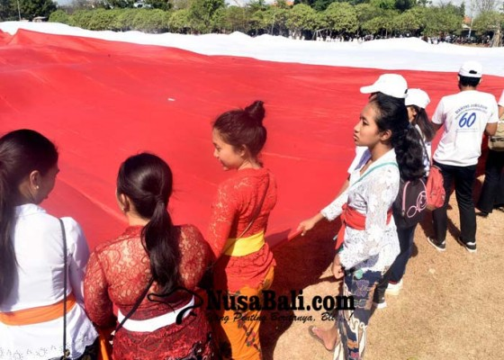 Nusabali.com - bentangkan-merah-putih-terbesar-libatkan-ribuan-pemuda-bali