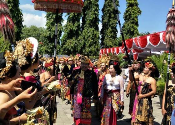 Nusabali.com - pejabat-mapayas-agung-pengantin-hingga-naik-kereta-kencana