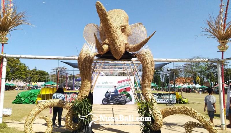 www.nusabali.com-patung-gajah-putih-dari-anyaman-bambu-jadi-ikon-sesetan-karnival-iii
