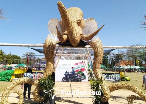 Nusabali.com - patung-gajah-putih-dari-anyaman-bambu-jadi-ikon-sesetan-karnival-iii