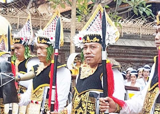 Nusabali.com - wakil-ketua-dprd-badung-sementara-ngayah-pentaskan-tari-baris-gede