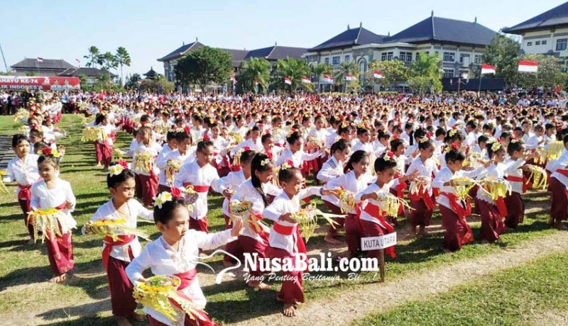 www.nusabali.com-meriahkan-hut-ke-74-ri-siswa-paud-menari-pendet-massal
