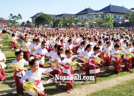 Nusabali.com - meriahkan-hut-ke-74-ri-siswa-paud-menari-pendet-massal