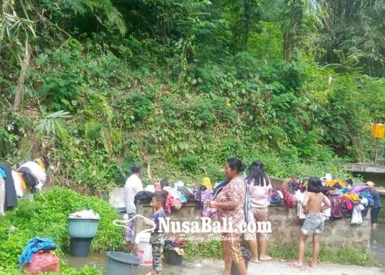 Nusabali.com - pdam-terganggu-warga-ramai-ke-permandian