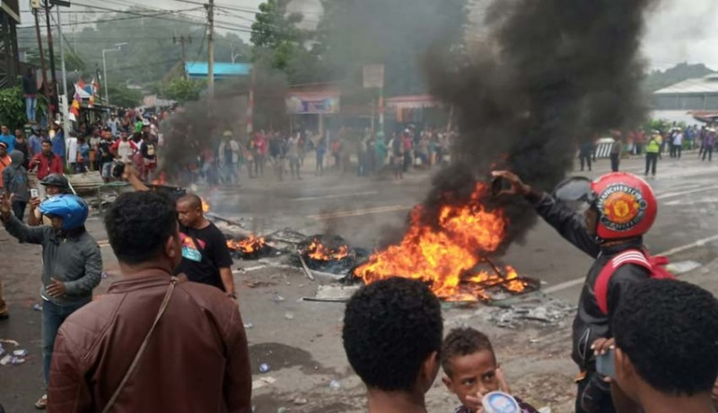 www.nusabali.com-gedung-dprd-papua-barat-dibakar-bandara-dirusak