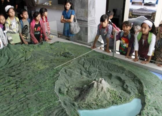 Nusabali.com - pelajar-dominasi-kunjungan-ke-museum-gunung-api-batur