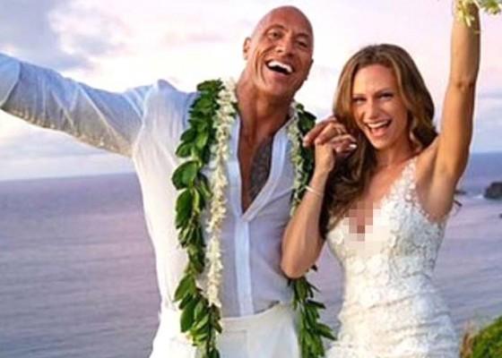 Nusabali.com - the-rock-menikah-setelah-12-tahun-pacaran