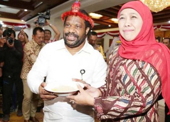 Nusabali.com - lenis-sebut-gubernur-khofifah-mama-papua