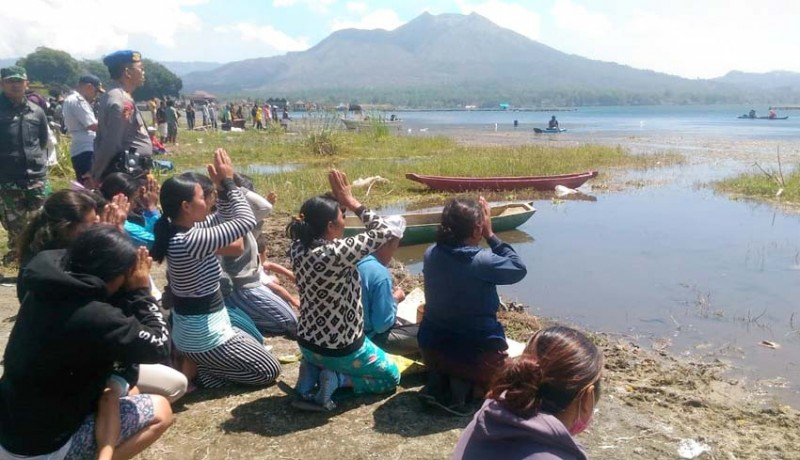www.nusabali.com-jatuh-saat-pasang-jaring-tewas-tenggelam-di-danau-batur
