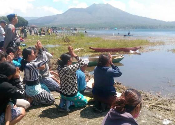 Nusabali.com - jatuh-saat-pasang-jaring-tewas-tenggelam-di-danau-batur
