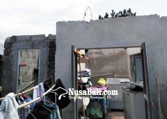 Nusabali.com - atap-rumah-warga-desa-pegadungan-diterbangkan-puting-beliung