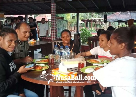 Nusabali.com - polres-ajak-warga-papua-santap-malam