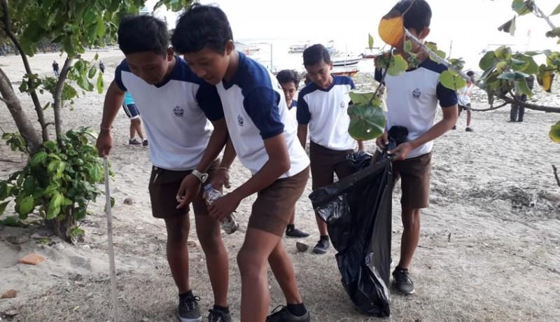 www.nusabali.com-ratusan-pelajar-bersih-bersih-pantai-sanur