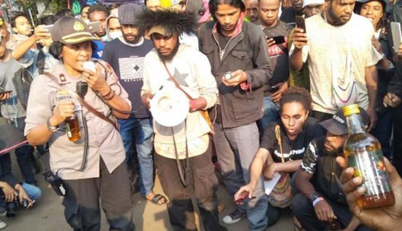 www.nusabali.com-oknum-polisi-beri-miras-ke-mahasiswa-papua