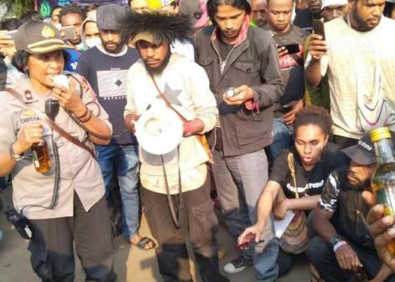 Nusabali.com - oknum-polisi-beri-miras-ke-mahasiswa-papua