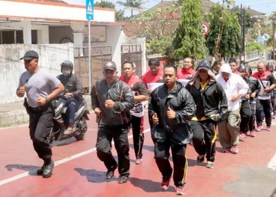 Nusabali.com - polisi-gendut-di-tabanan-dilatih-turunkan-berat-badan
