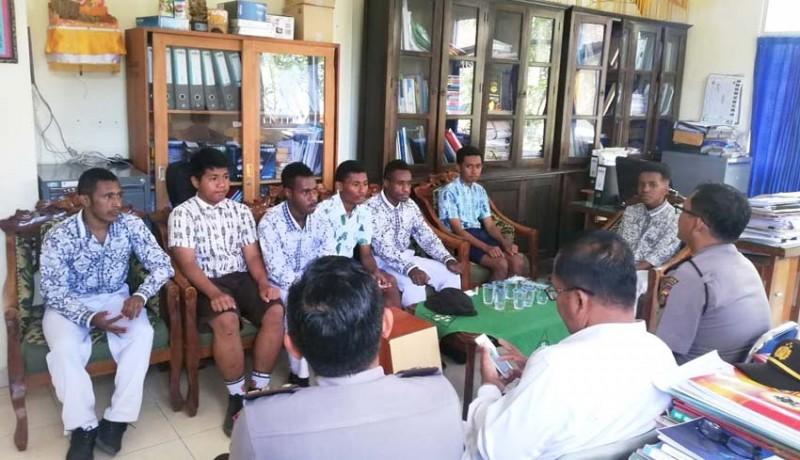 www.nusabali.com-polres-temui-siswa-papua-di-klungkung