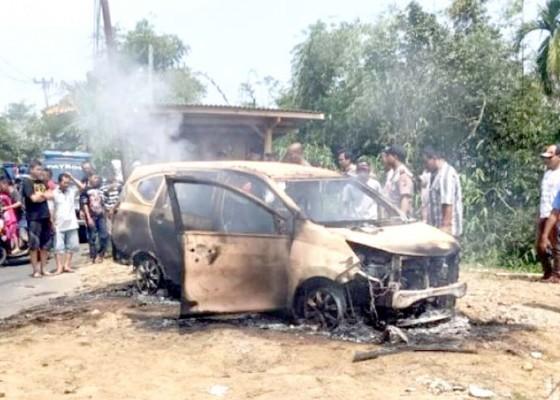 Nusabali.com - dua-mayat-ditemukan-dalam-mobil-terbakar