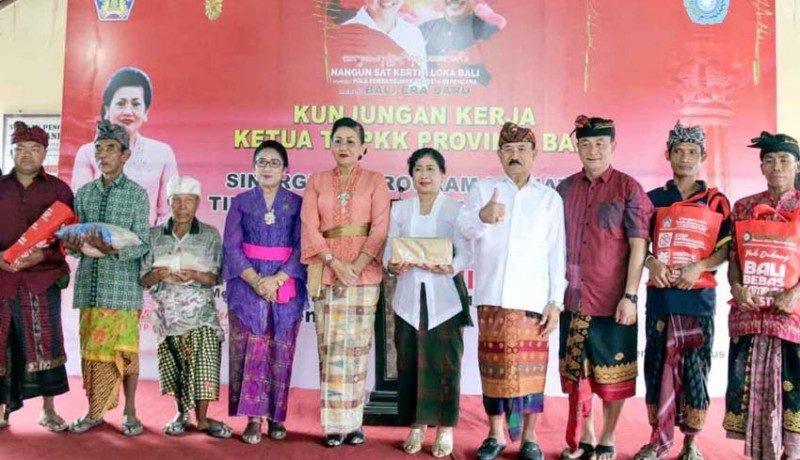 www.nusabali.com-tp-pkk-bali-kunker-ke-karangasem-bagikan-pakaian-sekaa-gong
