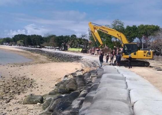 Nusabali.com - rusak-tanggul-pembatas-pantai-nusa-dua-direnovasi