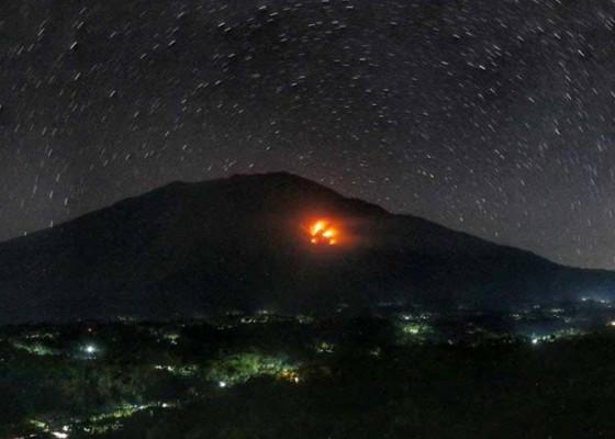 Nusabali.com - lereng-gunung-agung-terbakar-di-tiga-titik