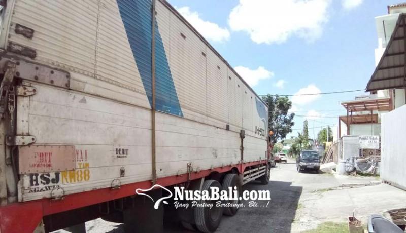 www.nusabali.com-warga-keluhkan-parkir-truk-bertonase-besar