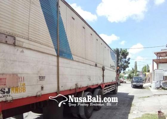 Nusabali.com - warga-keluhkan-parkir-truk-bertonase-besar