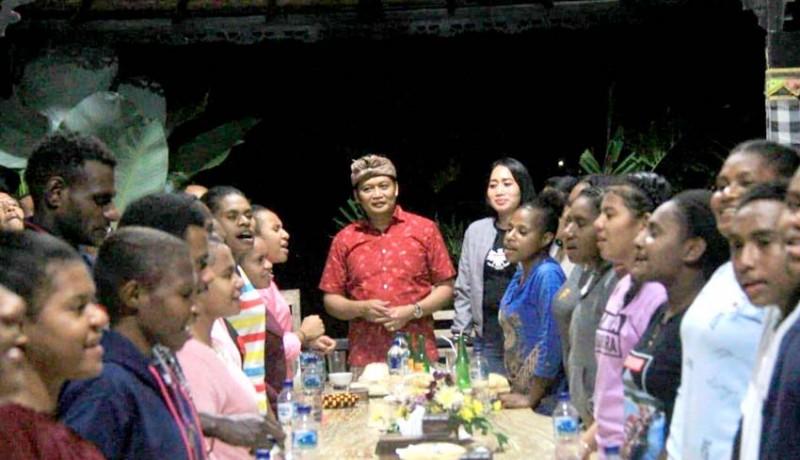 www.nusabali.com-wabup-kembang-ajak-siswa-papua-santap-malam-bersama