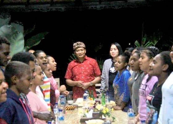 Nusabali.com - wabup-kembang-ajak-siswa-papua-santap-malam-bersama