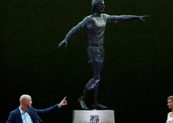 Nusabali.com - barcelona-resmikan-patung-cruyff