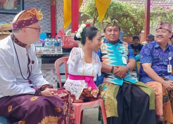 Nusabali.com - wanita-tanpa-tangan-kaki-dari-nusa-penida-nikahi-bule-jerman