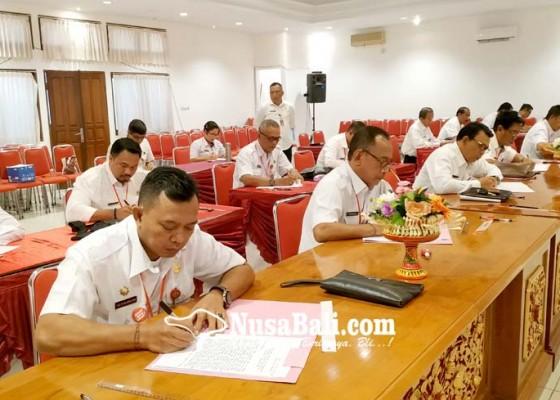 Nusabali.com - peserta-lelang-jabatan-ikuti-tes-penulisan-makalah