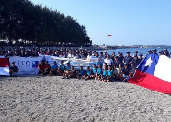 Nusabali.com - angkatan-laut-chile-bersihkan-pantai-mertasari