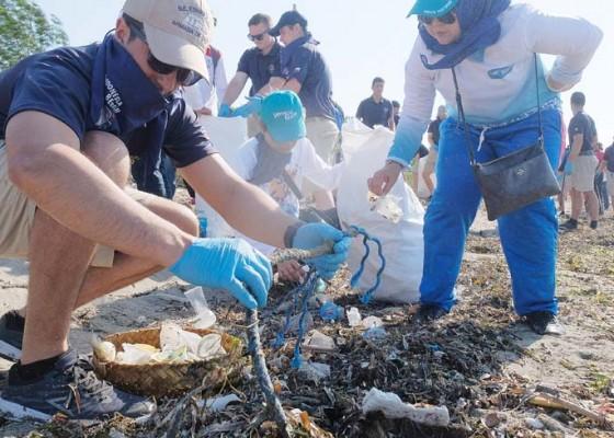 Nusabali.com - warga-dan-kru-kapal-al-chili-bersih-bersih-pantai