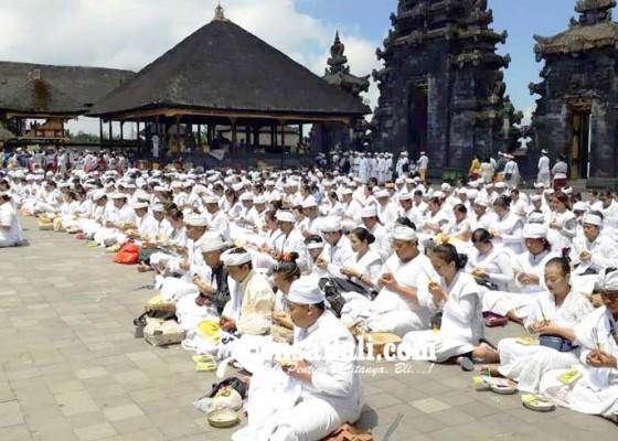 Nusabali.com - pawintenan-massal-di-besakih-diikuti-350-peserta