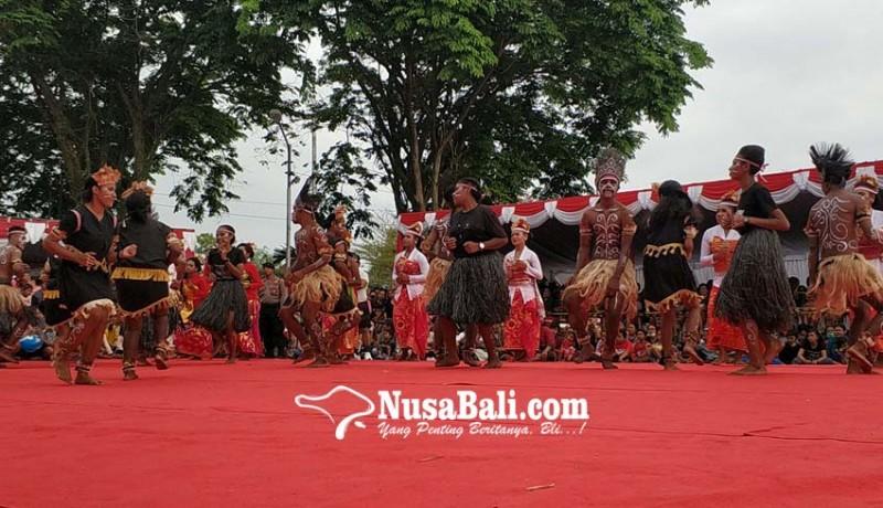 www.nusabali.com-pelajar-papua-meriahkan-pawai-budaya-hut-kota-negara