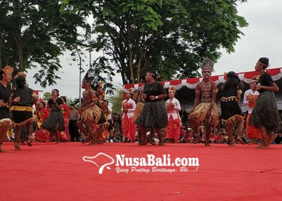 Nusabali.com - pelajar-papua-meriahkan-pawai-budaya-hut-kota-negara