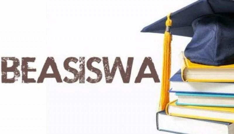 www.nusabali.com-serahkan-beasiswa-bupati-artha-kecewa-banyak-penerima-absen