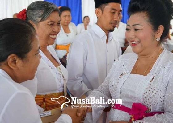 Nusabali.com - bupati-bagikan-2512-kkc
