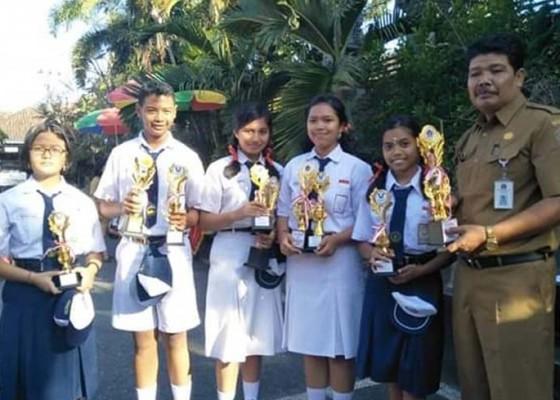 Nusabali.com - siswa-berprestasi-terima-piagam-penghargaan-kepramukaan