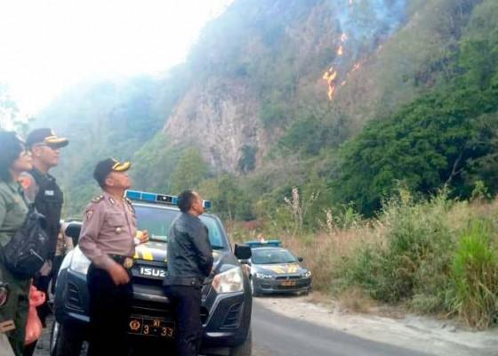 Nusabali.com - bukit-payang-terbakar-petugas-damkar-terkendala-medan