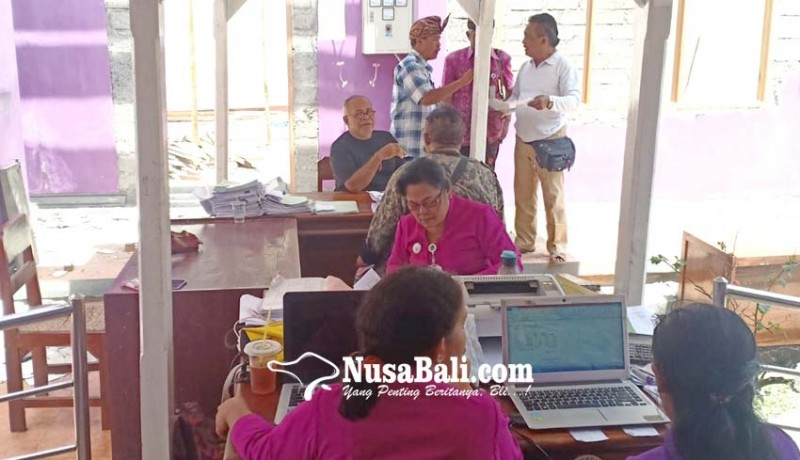 www.nusabali.com-pegawai-disdukcapil-ngantor-di-teras