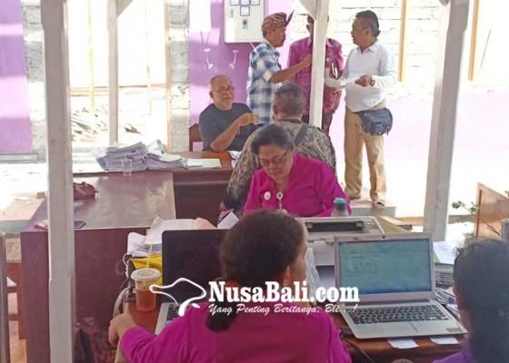 Nusabali.com - pegawai-disdukcapil-ngantor-di-teras