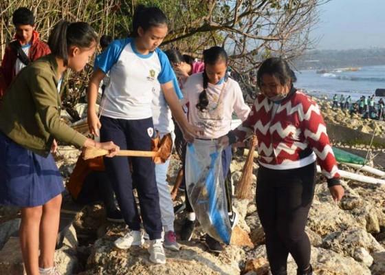 Nusabali.com - dishub-se-bali-bersihkan-pantai-matahari-terbit
