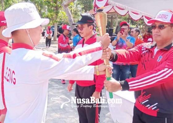 Nusabali.com - kirab-api-porprov-disemayamkan-di-lobi-kantor-bupati