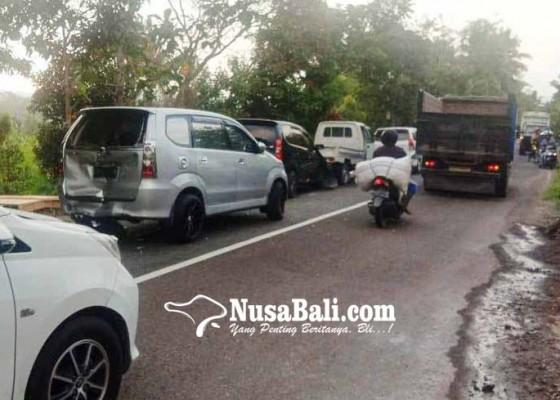 Nusabali.com - ngerem-mendadak-empat-kendaraan-tabrakan-beruntun