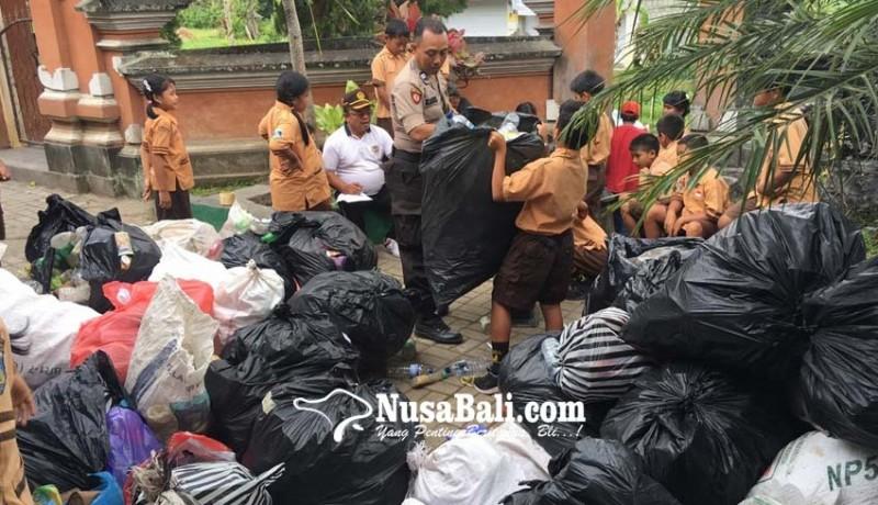 www.nusabali.com-polisi-bhabin-gugah-anak-sd-nabung-sampah-plastik