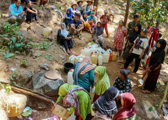 Nusabali.com - berjalan-dua-kilometer-mencari-air-bersih