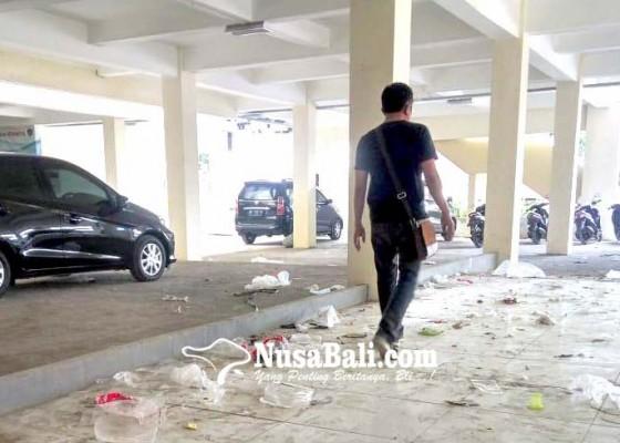 Nusabali.com - sampah-plastik-berserakan-di-terminal-loka-crana