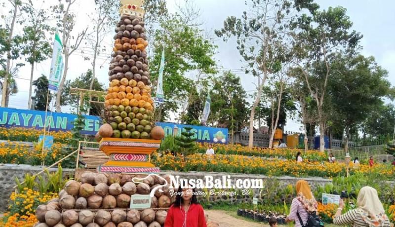 www.nusabali.com-dibangun-gebogan-setinggi-8-meter-berbahan-700-butir-kelapa
